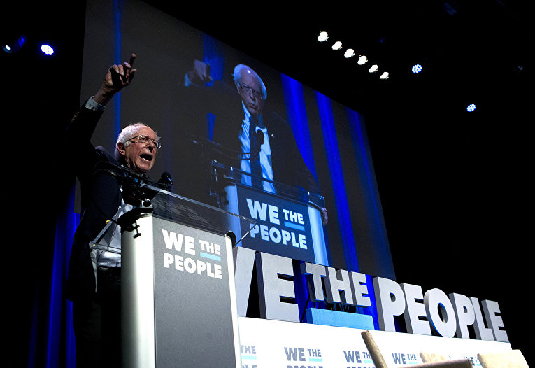 Сенатор Берни Сандерс выступает во время саммита We The People Membership Summit в Вашингтоне