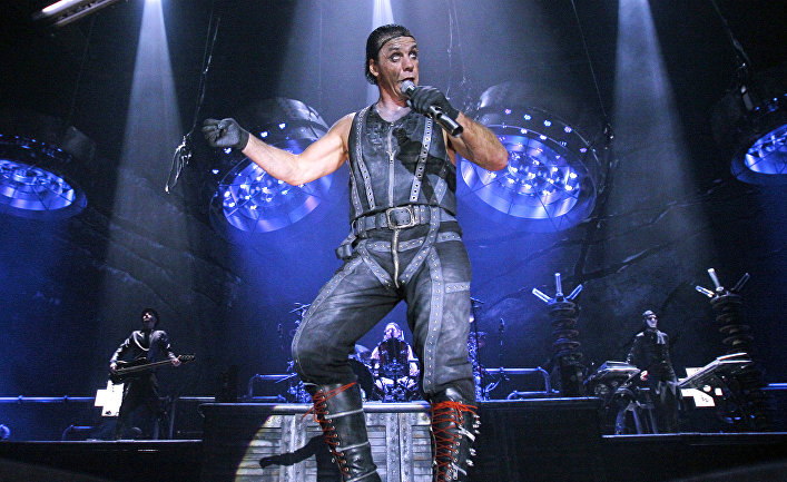 Солист группы Rammstein Тилль Линдеманн на концерте в Москве