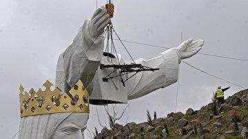 Установка статуи Иисуса в Свебодзине, Польша