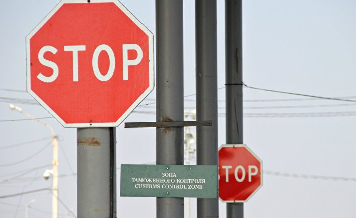 """Дорожные знаки на пункте пропуска """"Джанкой"""" на границе России и Украины"""