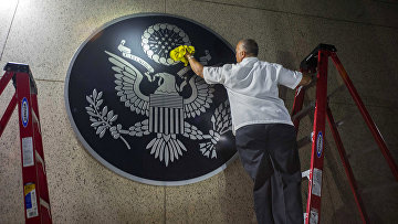 Герб США в посольстве США в Гаване