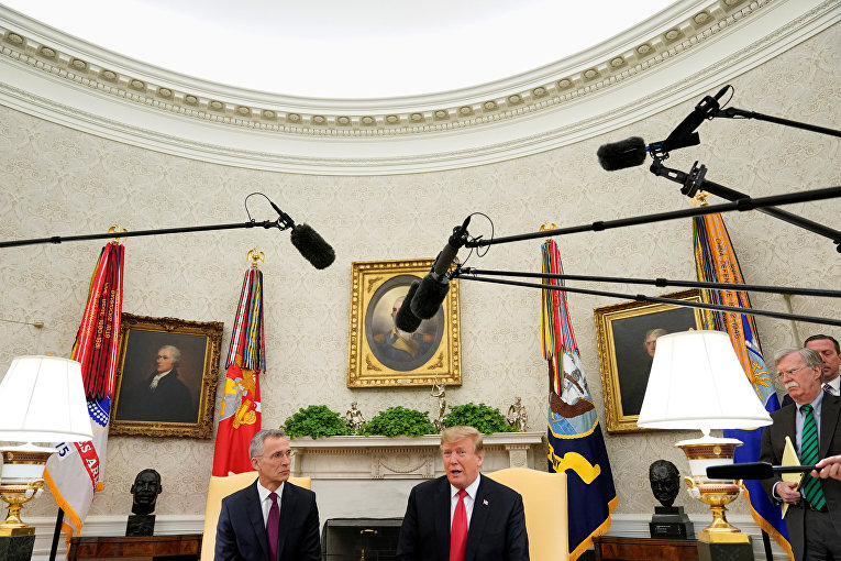 Президент США Дональд Трамп во время встречи с генеральным секретарем НАТО Йенсом Столтенбергом