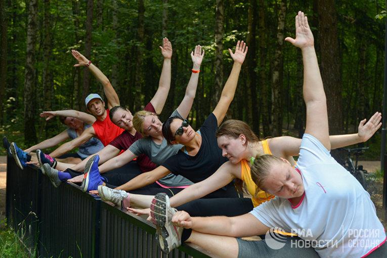 """Физкультурно-оздоровительная группа во время тренировки в парке """"Мещерский"""""""
