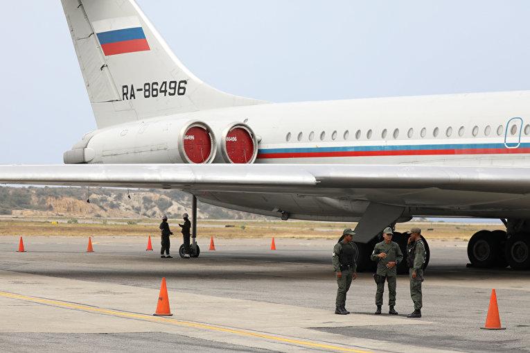 Венесуэльские солдаты рядом с самолетом в Международном аэропорту Симона Боливара