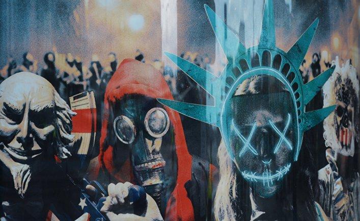 Протестное граффити на стене здания в Варшаве в день саммита НАТО