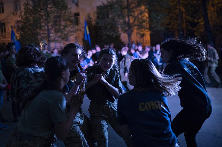 Девушки изнационалистической группы «Сокол», молодежного крыла партии «Свобода», толкаются вовремя концерта вКиеве