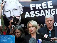 Главный редактор Wikileaks Кристинн Хравнссон и адвокат Дженнифер Робинсон общаются со СМИ после ареста ДЖулиана Ассанжа в Лондоне