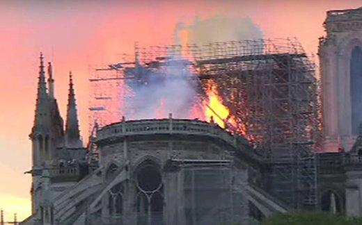 В Париже сгорел Нотр-Дам-де-Пари
