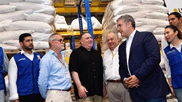 Госсекретарь США Майк Помпео и президент Колумбии Иван Дуке на складе, где хранится международная гуманитарная помощь для Венесуэлы