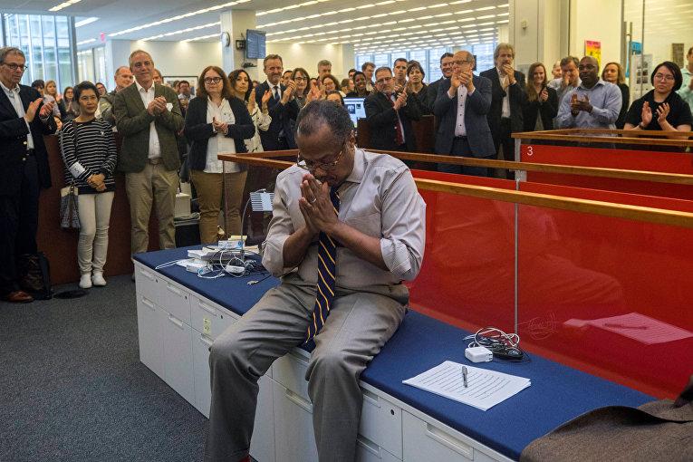 Коллеги поздравляют Брента Стейплза изколлектива «Нью-Йорк таймс», получившего Пулитцеровскую премию 2019 года