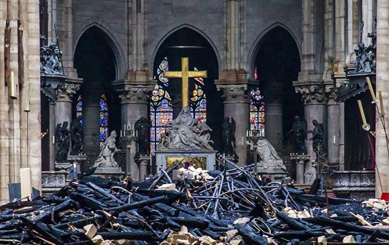 Разрушения внутри Собора Парижской богоматери
