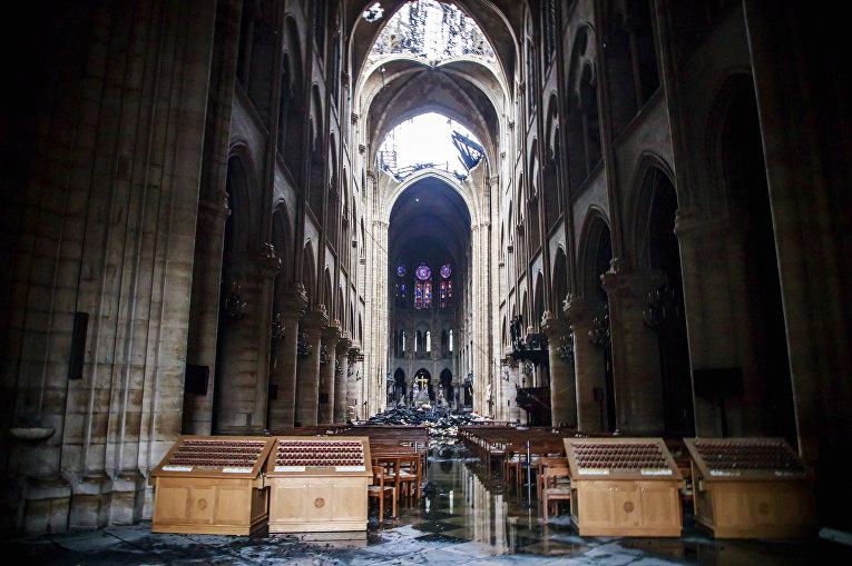 Собор Парижской богоматери изнутри, видна дыра на месте рухнувшего купола