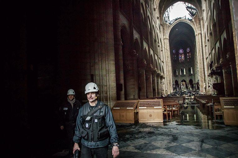 Человек в Соборе Парижской богоматери после 12-часового тушения пожара