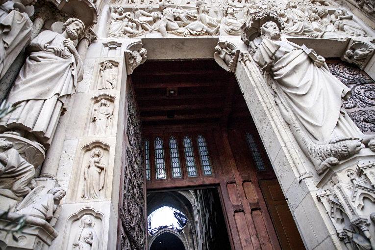 Вход в Собор Парижской богоматери, видна дыра на месте рухнувшей крыши