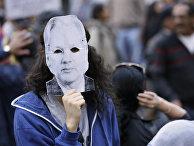 Протесты против политики Ленина Морено в Эквадоре, человек в маске Джулиана Ассанжа