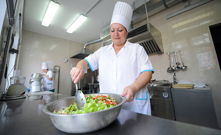 Работница пищеблока детского сада №406 готовит овощной салат