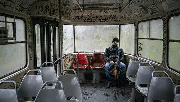 Мужчина в пустом трамвае в украинском городе Кривой Рог, где большинство опрошенных жалуются на низкий уровень жизни и собираются голосовать за Зеленского