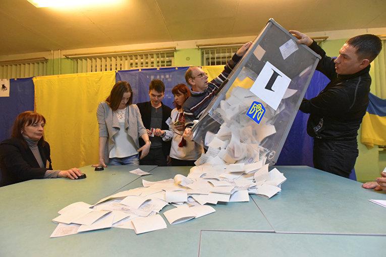 Члены местной избирательной комиссии на избирательном участке во Львове