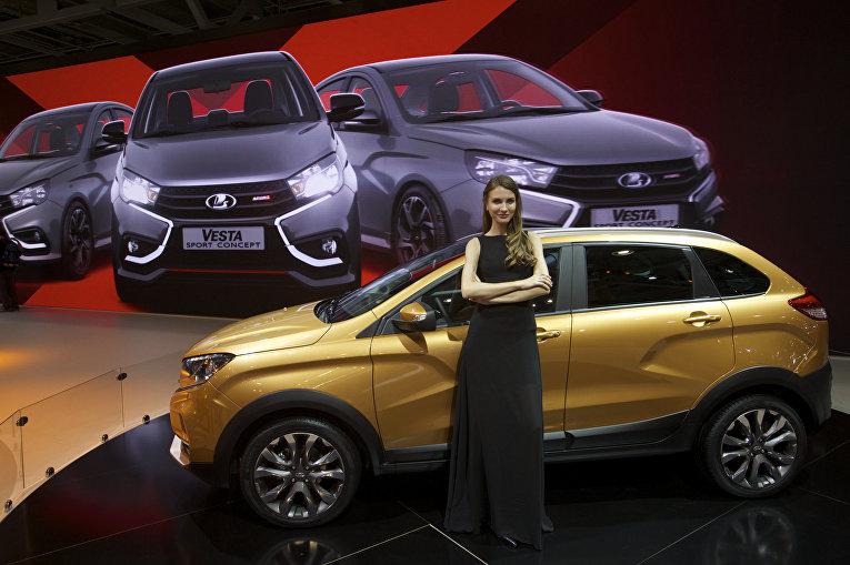 Модель позирует на фоне автомобиля Lada XRay