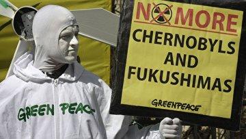 Сторонник Greenpeace протестует против атомной энергии в Европе
