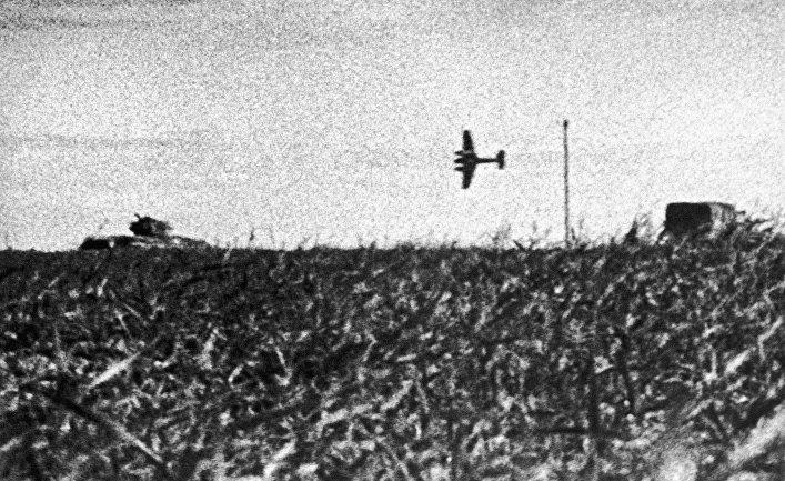 Самолет Хс-129 атакует танк