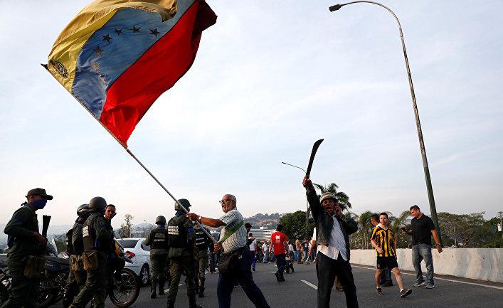 Сторонник оппозиции возле авиабазы «Ла Карлота» в Каракасе