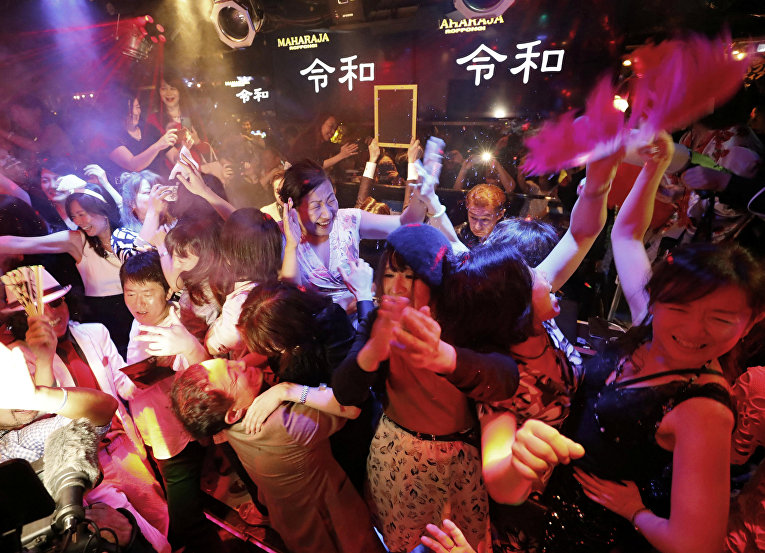 Японцы в Токио праздную начало новой эры Рэйва