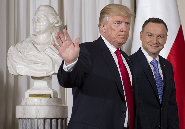 Президент Польши Анджей Дуда и президент США Дональд Трамп во время встречи в Варшаве
