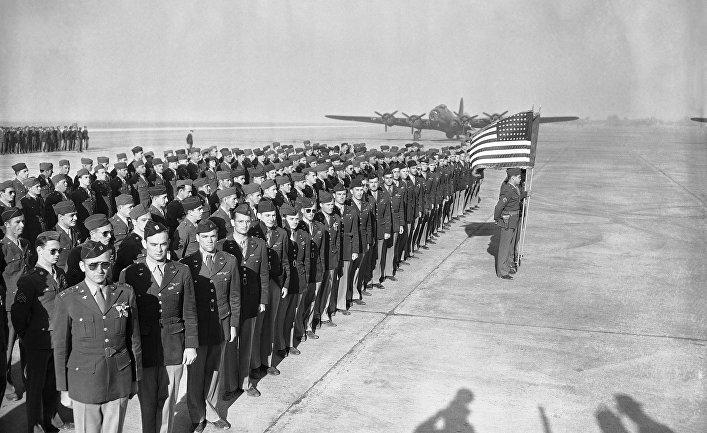 Амерканские военные летчики во время церемонии на базе в Пайоте
