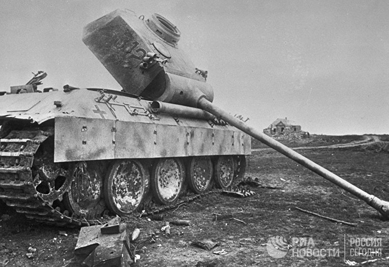 Подбитый немецкий танк брошен на поле боя. Курская дуга