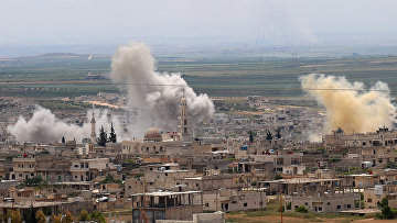 Дым во время обстрела города Хан-Шейхун в провинции Идлиб, Сирия