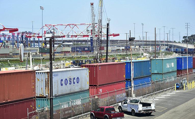 Транспортные контейнеры ожидают транспортировки в порту Лонг-Бич, Калифорния