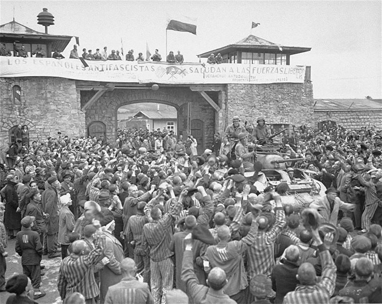 Выжившие в Маутхаузене приветствуют солдат 11-й бронетанковой дивизии 3-й армии США через день после их фактического освобождения