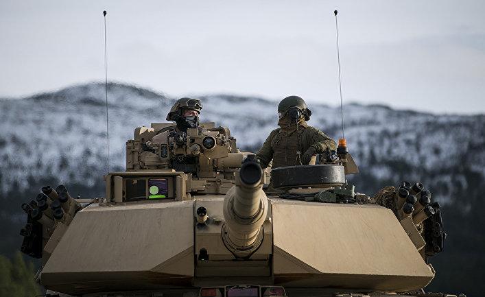 Американские военные на танке Abrams M1 во время военных учений Trident Juncture 2018 в Норвегии