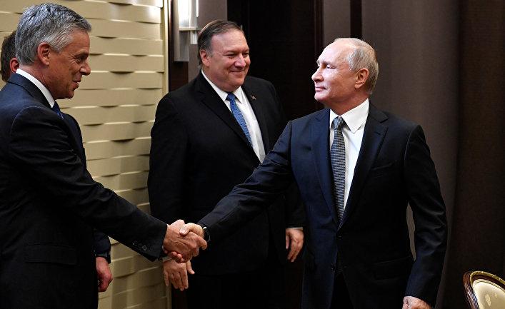 Путин приветствует посла США в России Джона Хантсмана в ходе встречи с Майком Помпео в Сочи