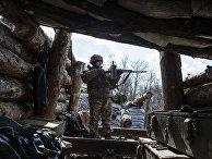 Украинский военный проверяет оружие в селе Золотое 4 на востоке Украины