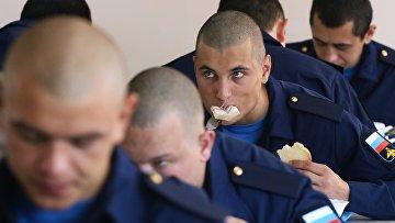 Призывники обедают перед отправкой к месту службы