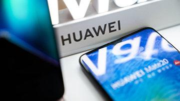 Логотип Huawei в розничном магазине в Пекине