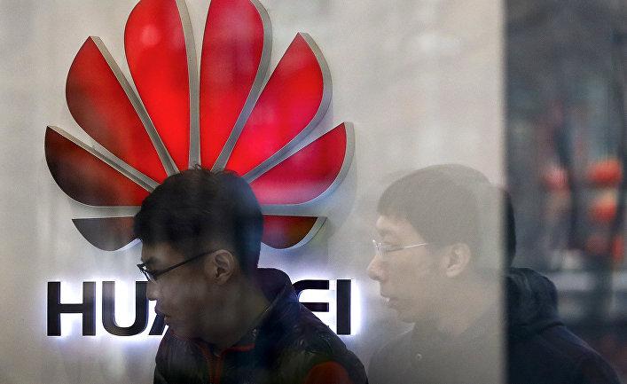 Логотип Huawei на витрине магазина в Пекине