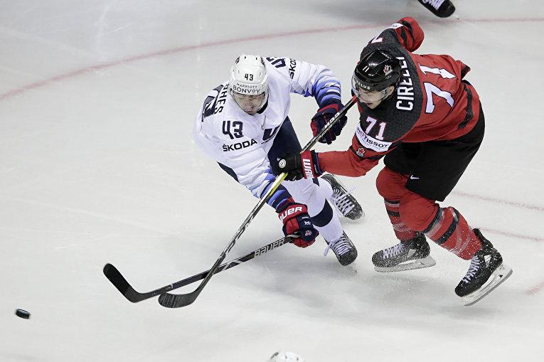 Игроки сборных США и Канады в матче группового этапа чемпионата мира по хоккею