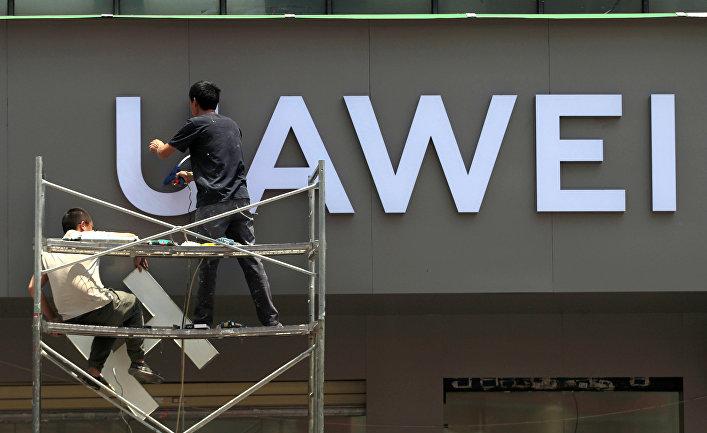 Установка логотипа Huawei в новом магазине в Куньмине