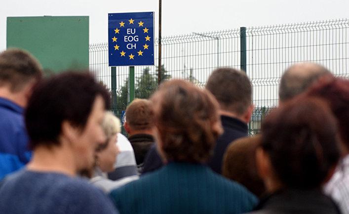 Украинцы у контрольно-пропускного пункта Шегини-Медыка на границе с Польшей