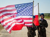 Солдаты почетного караула во время церемонии на военной базе Редзиково в Польше