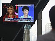 Телеведущая CGTN Центрального телевидения Китая Лю Синь и ее американская коллега из Fox Business Network Триш Риган