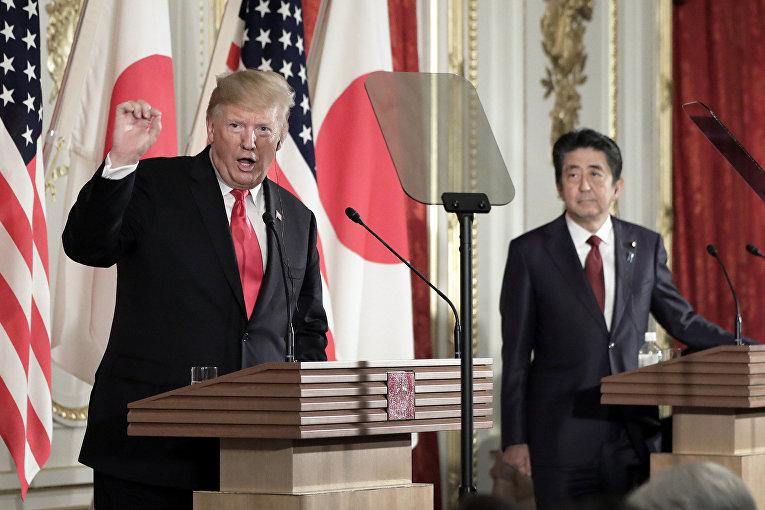 Президент США Дональд Трамп и премьер-министр Японии Синдзо Абэ во время пресс-конференции во дворце Акасака в Токио