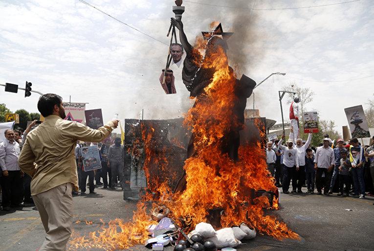 Протестующие в Иране сжигают статую в виде американской Статуи Свободы со звездой Давида на голове