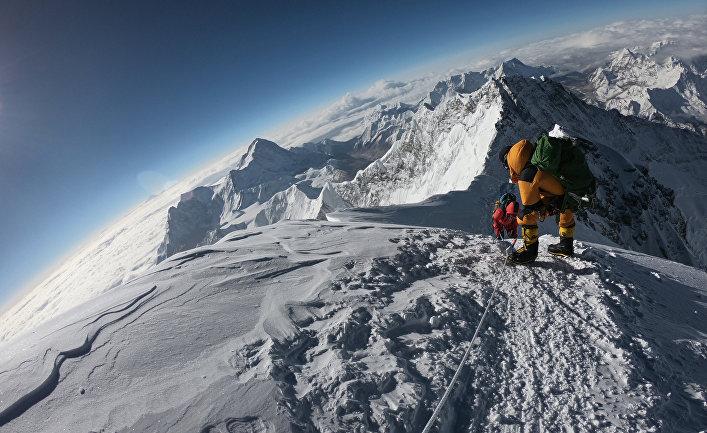 Альпинисты во время восхождения на Эверест