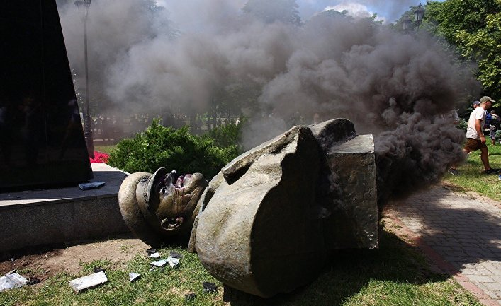 Националисты повалили бюст маршала Жукова в Харькове