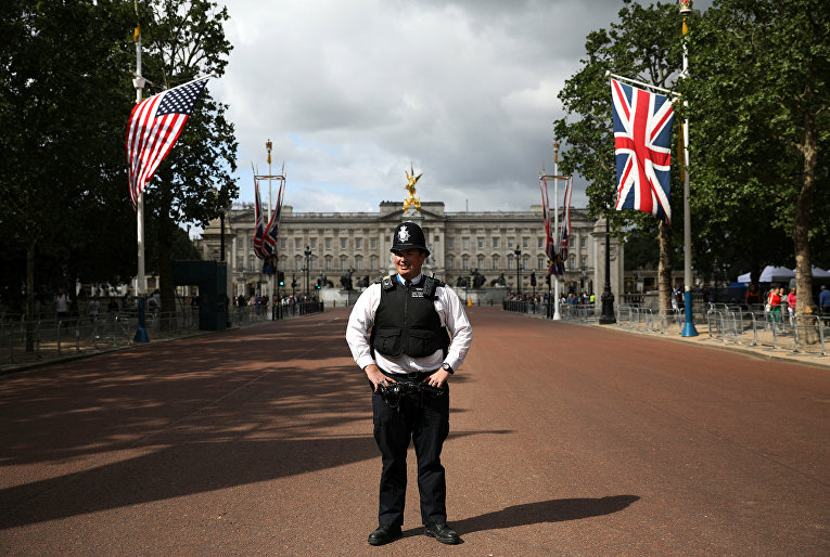 Полицейский перед Букингемским дворцом во время государственного визита президента США Дональда Трампа