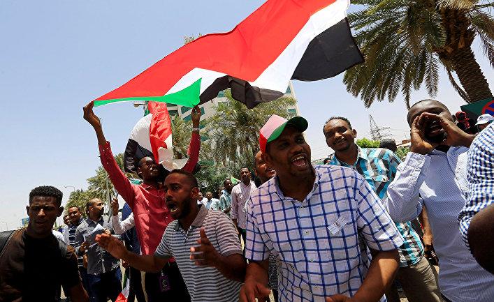 Участники акций протеста в Хартуме, Судан